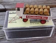 Transportanhänger Schultheiss-Bier mit Fässern 2-achsig    - von Saller 1:87