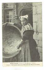 CPA Bretagne - servante dans un manoir du Pays de Léon