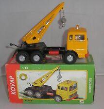 Camion grue de chantier non motorisé en  tole, ech 1/312, marque Kovap