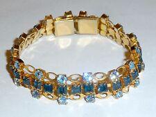 A VINTAGE 1950s GOLD TONE BRACELET SET WITH LIGHT & DARK BLUE DIAMANTES
