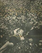 K0228 Bambini sdraiati in un campo di fiori_Immagine fotografica (S. Stagnoli)