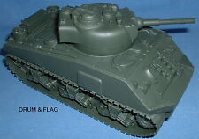 BMC SHERMAN TANK. 1/32 SCALE. WW2 ALLIED. 20CM LONG x 9CM WIDE. GREEN PLASTIC
