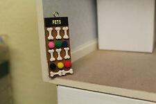 Maison de poupées (pet shop hanging board = chien os & balls