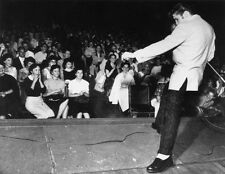 ELVIS PRESLEY UNSIGNED PHOTO - 5594 - THE KING OF ROCK AND ROLL