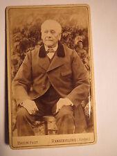 Rambervillers - sitzender alter Mann im Anzug - Kulisse / CDV