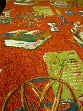 tissu ourlé de tous cotés rouge pour alcove livres bureau ???