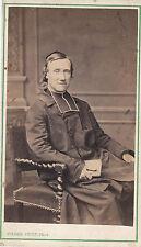 Photo carte de visite : Pierre Petit ; Un abbé assis dans un fauteuil, vers 1868