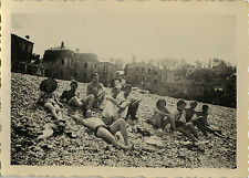 PHOTO ANCIENNE - VINTAGE SNAPSHOT - GROUPE PLAGE HOMME TORSE NU REPOS - BEACH