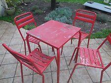 chaises de bistrot plus table type  tolix  annee 50
