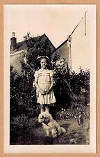 Photo 11 x 7 vintage snapshot fillette et son chien Cotton Bichon jp02