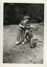 PHOTO ANCIENNE - VINTAGE SNAPSHOT - ENFANT VÉLO BICYCLETTE MODE - BIKE CHILD