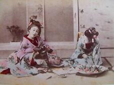 Japonaises lisant  Ancienne photo recto-verso japonaise  Paysage maisons