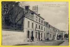 cpa Rare LA ROCHE SUR YON (Vendée) La POSTE et Entrée de la CASERNE du 93e RI