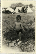 PHOTO ANCIENNE - VINTAGE SNAPSHOT - ENFANT CAMPING RADIO TRANSISTOR DRÔLE -CHILD