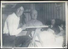 rare photo du peintre et sculpteur   A. Mossaz . sculptant le buste de sa mère