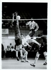 1983 PHOTO USA WOMENS NATIONAL VOLLEYBALL TEAM VS CUBAN TEAM IN LONG BEACH, CA