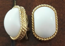 VINTAGE LOVELY TRIFARI TM WHITE PLASTIC OVAL DOME GOLD-TONE CLIP ON EARRINGS