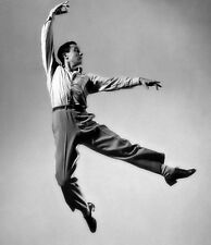 Gene Kelly UNSIGNED photo - B2300 - American dancer, actor and singer