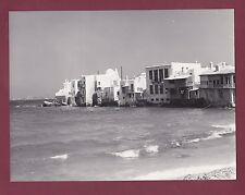 PHOTO GRECE - 1960 Iles grecques - MIKONOS - maisons au bord de la mer