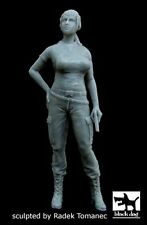 Black Dog 1/35 US Woman Soldier holding Pistol in Afghanistan [Resin] F35039