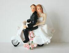 Wedding cake topper, sposa e sposo su scooter, dipinti a mano, in resina 9cm x 8cm