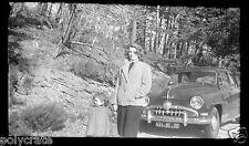 Portrait mère & fille voiture ancienne Simca - ancien négatif photo an. 1950