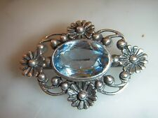 A BEAUTIFUL ANTIQUE 7.00 CARAT BLUE TOPAZ AND SILVER ART DECO BROOCH