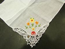 ancienne pochette mouchoir decor floral monogramme M dentelle