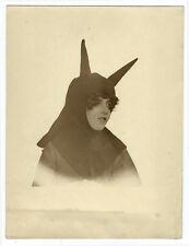 Photographie jeune fille déguisée en âne vers 1930 / Peau d'âne photo