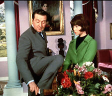 Patrick MacNee and Linda Thorson UNSIGNED photo - 402 - The Avengers