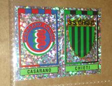 FIGURINA PANINI CALCIATORI 1993/94 N°594 SCUDETTO CASARANO-CHIETI CON VELINA