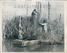 1940 Duck Hunters Erecting a Blind  Press Photo