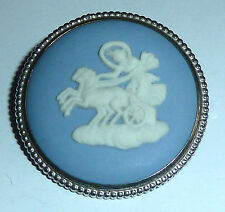 A VINTAGE 1960s WEDGWOOD BLUE JASPERWARE CHARIOT BROOCH IN A SILVER  MOUNT
