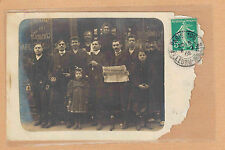 Carte Photo vintage card RPPC Paris groupe hommes journal Paris Auvergne pz0259