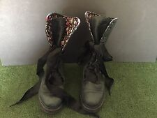 WOMENS DR MARTENS FLOWER PRINT INSIDE TRIM TRIUMPH DARK GREY BOOTS SIZE US 7