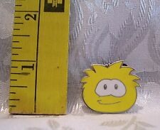 Walt Disney YELLOW 2009 PENGUIN PUFFLE CLUB BOOSTER TRADING Hat Lapel Pin Badge