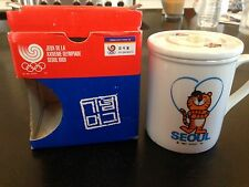 1988 GAMES OF THE XXIV OLYMPICS SEOUL OFFICIAL SIGNED COVERED COFFEE MUG IN BOX