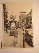 Brüssel Bruxelles - Frau mit Sonnenbrille - Straße Werbung Halteverbot / Foto