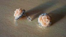 Zilverkleurige oorbellen met zalmroze roos en witte strass-steentjes  NIEUW