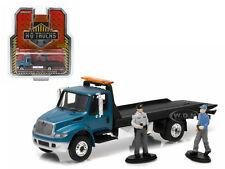 2013 INTERNATIONAL 4400 FLATBED TOW TRUCK W/ TWO FIGURES 1/64 GREENLIGHT 33020 C