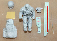 ASTRONAUT SITTING, KIT, WHITE METAL, 1/43 SCALE