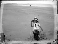Enfant avec pelle à la plage mer - négatif photo verre photo - an. 1910 20