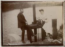 PHOTO ANCIENNE - VINTAGE SNAPSHOT - COUPLE AMOUREUX MODE ÉCLUSE - LOVERS LOCK