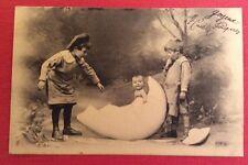 CPA. Enfants découvrant un Bébé dans un Oeuf. Charmante Carte. 1904