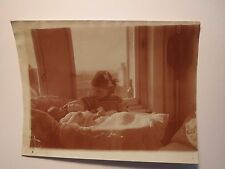 Mädchen & kleines Kind - Baby im Bettchen vor Fenster / Foto