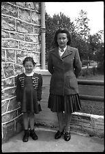 Mère et fille debout terrasse - négatif photo ancien an. 1940 negative
