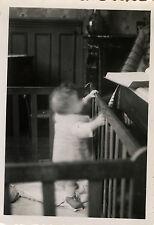 PHOTO ANCIENNE - VINTAGE SNAPSHOT - CURIOSITÉ BÉBÉ FLOU PARC DRÔLE - BABY FUNNY