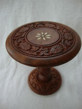 A SMALL MODERN CARVED WOODEN STAND  - TABLE STAND  HEIGHT 16cm.