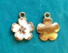 4 x white flower charms-émail avec plaqué or support strass mariage