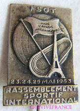 IP744 - INSIGNE BADGE FSGT RASSEMBLEMENT SPORTIF INTERNATIONAL 1953 - politique